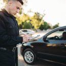 Policjant wypisuje mandat - nie masz aktualnego przeglądu Dalej nie pojedziesz